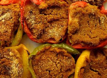 Peperoni ripieni di carne e salsiccia